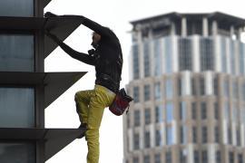 Ален Робер без страховки покорил 47-этажный небоскрёб в Маниле