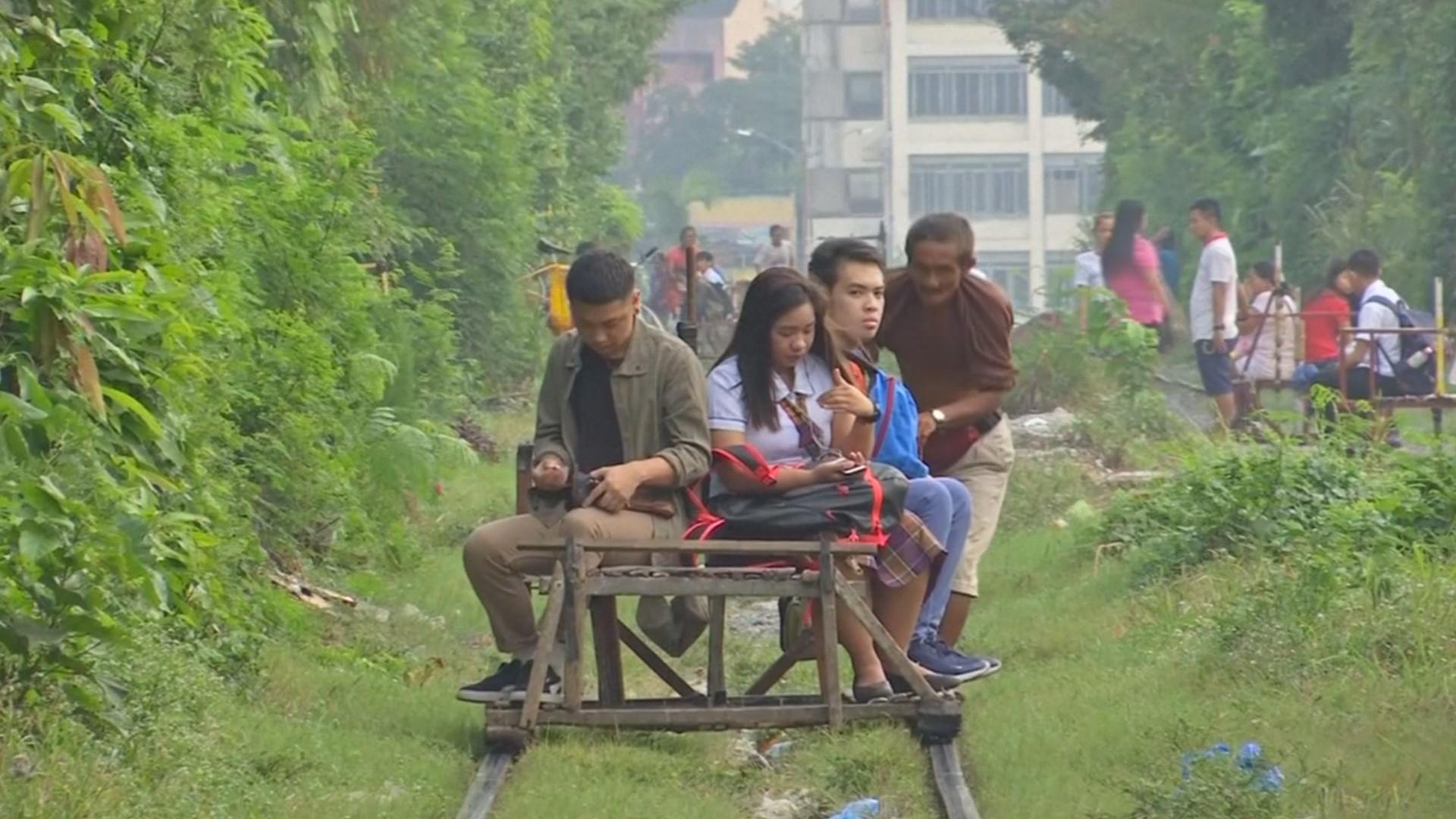 Филиппинцев возят по рельсам «мальчики-вагонетки»