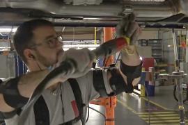 На автомобильных фабриках работают в экзоскелетах
