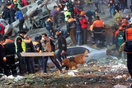 Из-под завалов рухнувшего жилого дома в Стамбуле извлекли два тела