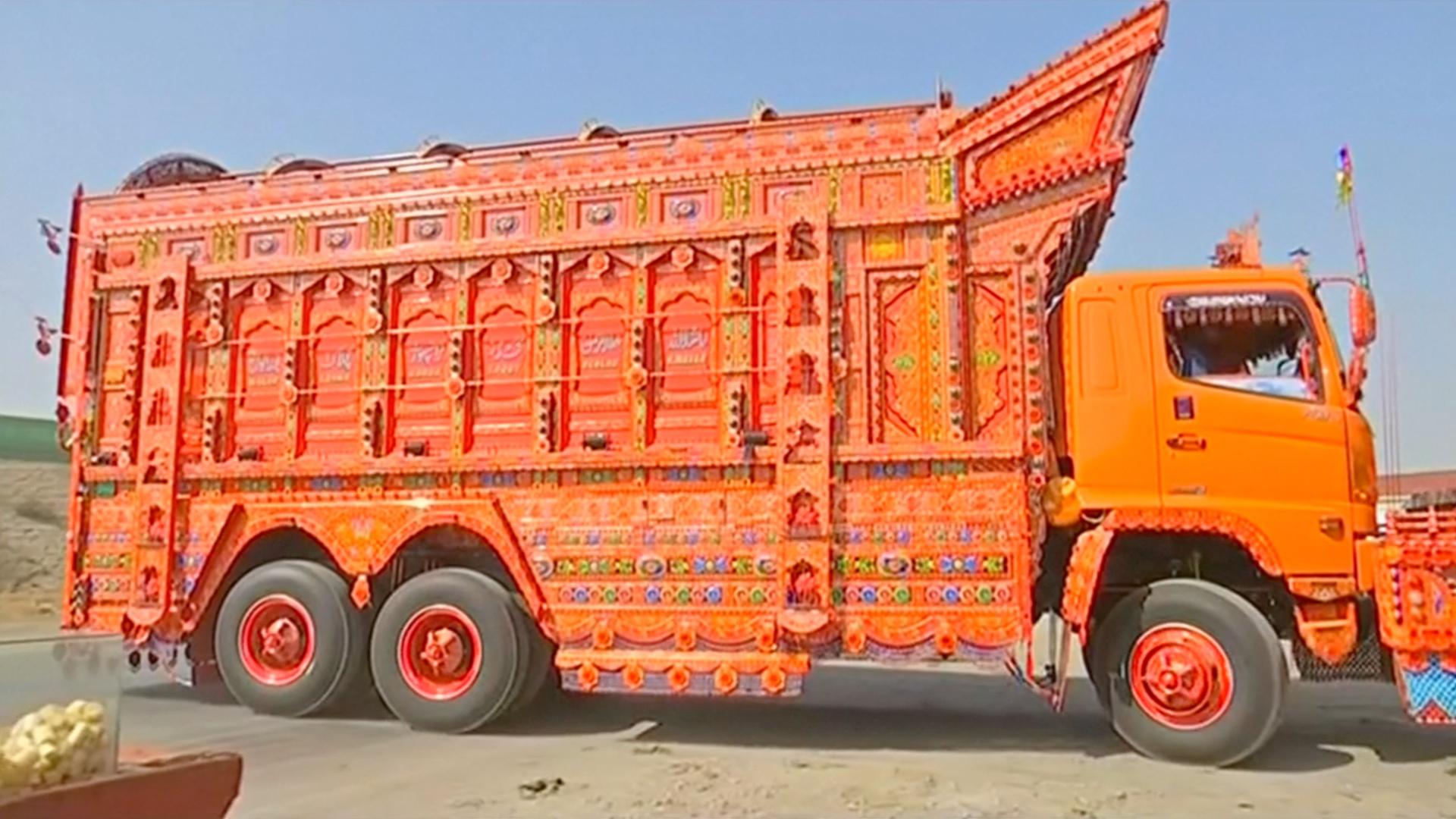 Тюнинг по-пакистански: как грузовики превращаются в картинные галереи