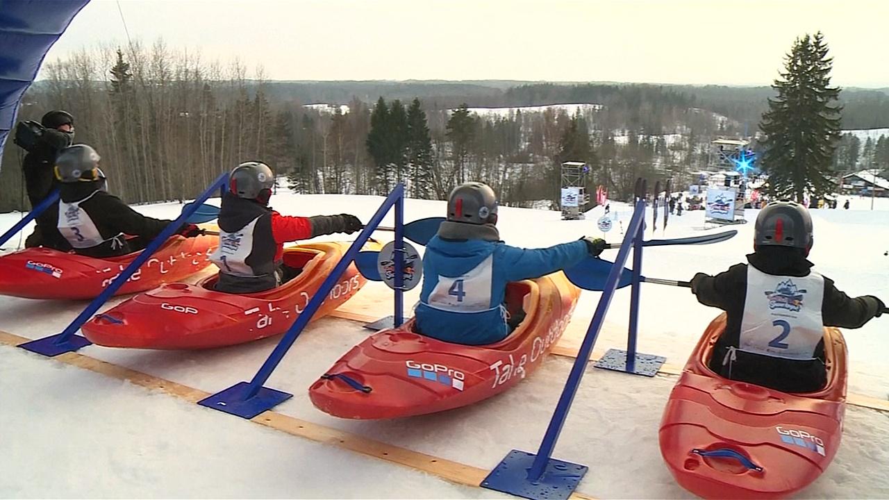 В Эстонии из-за потепления прервали гонки на каяках по снежному склону