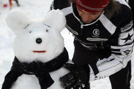 Москвичи слепили и раскрасили сотни снеговиков