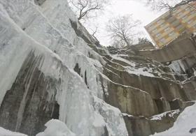 Альпинисты покоряют ледяную стену в центре чешского города