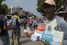 Венесуэльцы пересекают границу, чтобы купить лекарства и еду