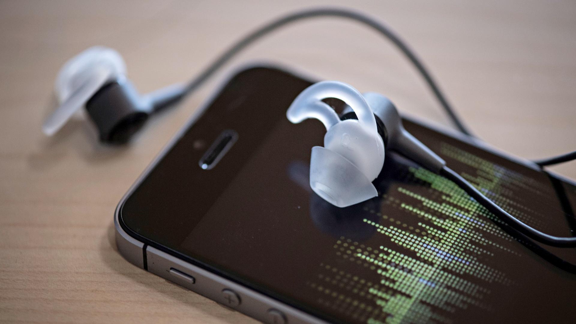 ВОЗ: более 1 млрд людей могут потерять слух из-за громкой музыки в наушниках