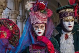 Венецианский карнавал: принцессы и пираты на параде гондол
