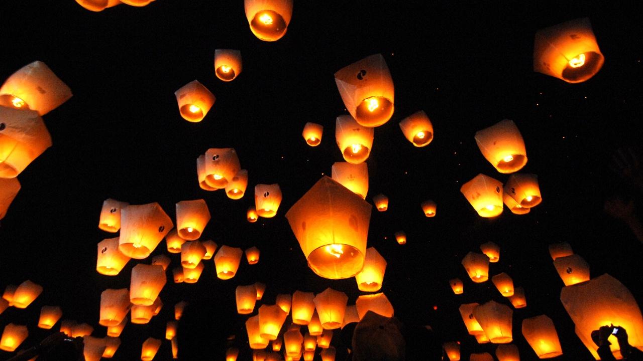 Сотни светящихся фонариков поднялись в небо над Тайванем