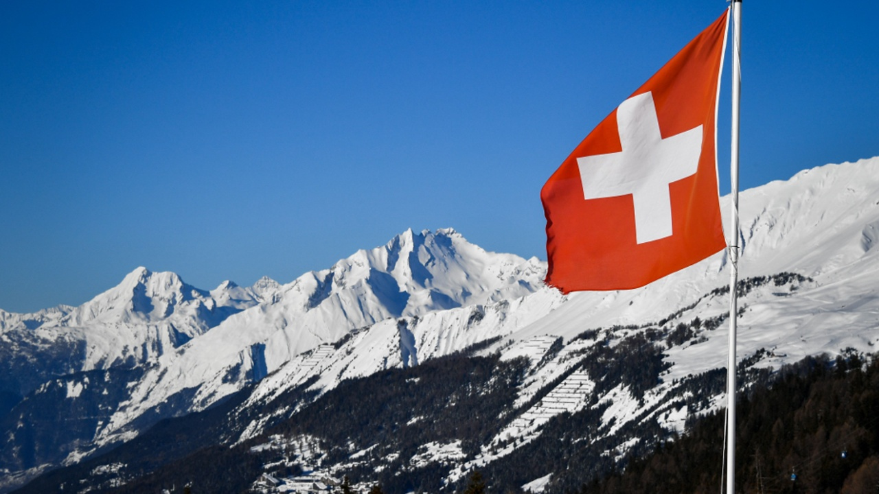 В Швейцарии лавина накрыла лыжников, поиски продолжаются