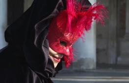 Итальянец делает венецианские маски по старинным технологиям