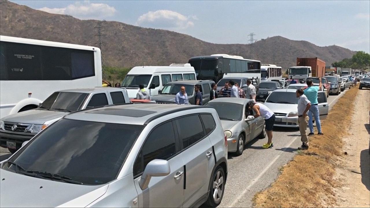 Власти Венесуэлы не пускают гумпомощь, на дорогах образовались пробки