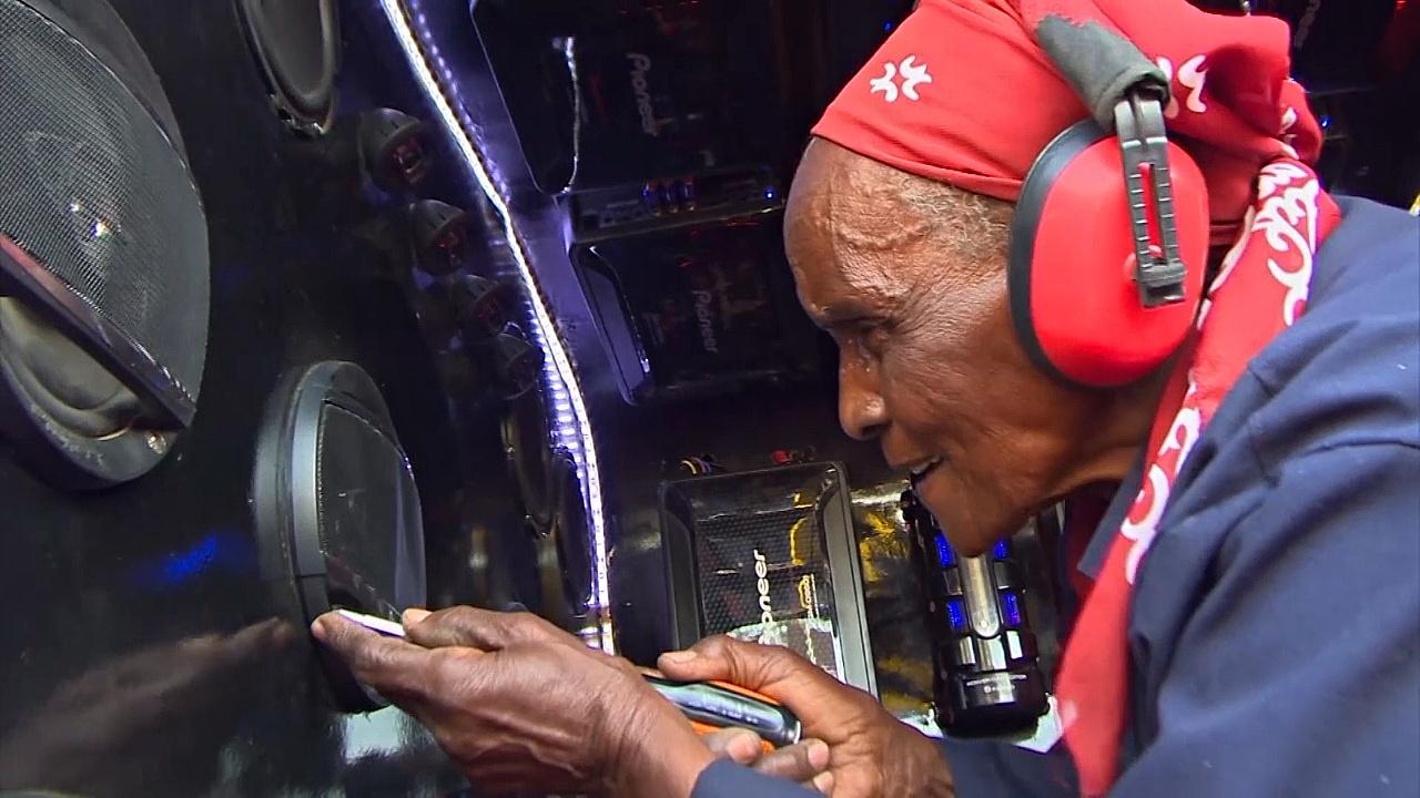 80-летняя кенийка стала королевой рынка, делая звуковые системы для авто