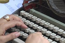 В Мьянме прямо на улицах печатают документы на машинках