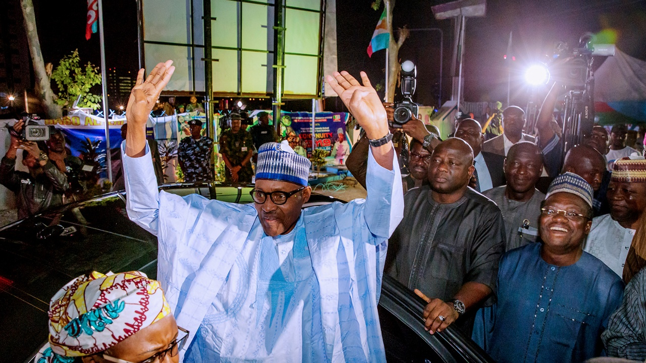 Президент Нигерии по итогам выборов остаётся на второй срок