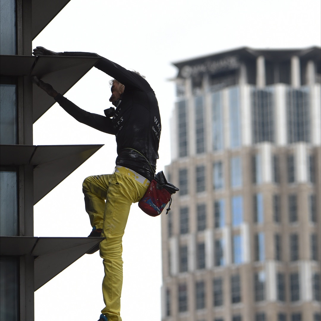 «Человек-паук» без страховки покорил небоскрёб в Маниле