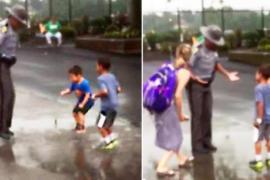 Полицейский плещется в луже вместе с детьми