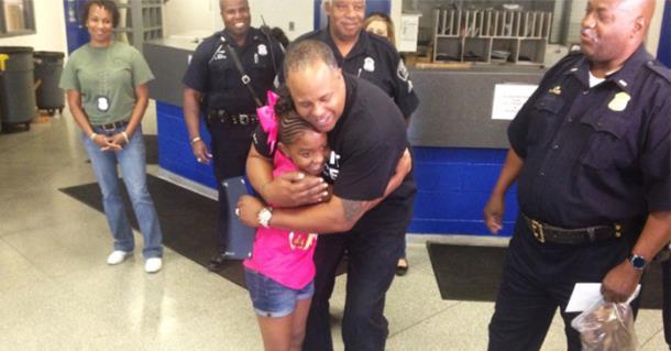Девочка делает подарки полицейским в свой день рождения