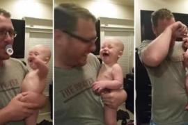 Младенец оценил шутку отца с соской