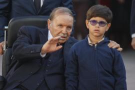 Десятки тысяч алжирцев требуют от президента не избираться на пятый срок