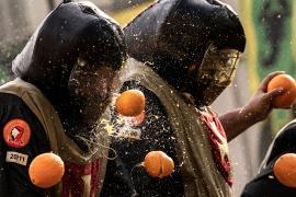 Тысячи итальянцев вышли на «Битву апельсинами»