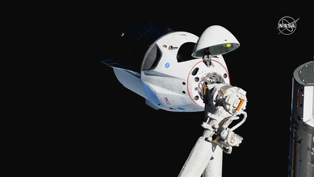 Космонавты МКС обследовали кабину корабля Dragon 2