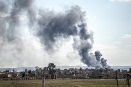 ИГИЛ посылает автомобили с бомбами, чтобы атаковать наступающие войска