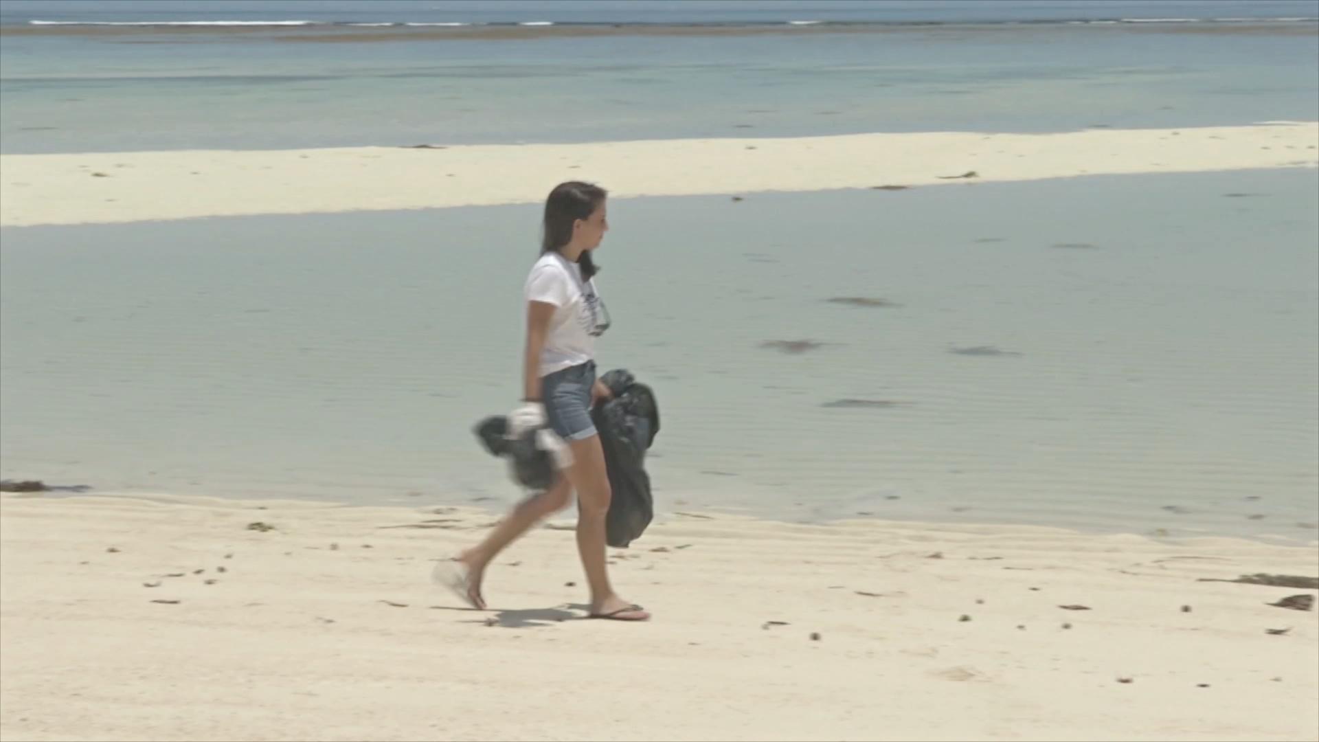 Жители Сейшелов очищают пляжи от пластиковых отходов