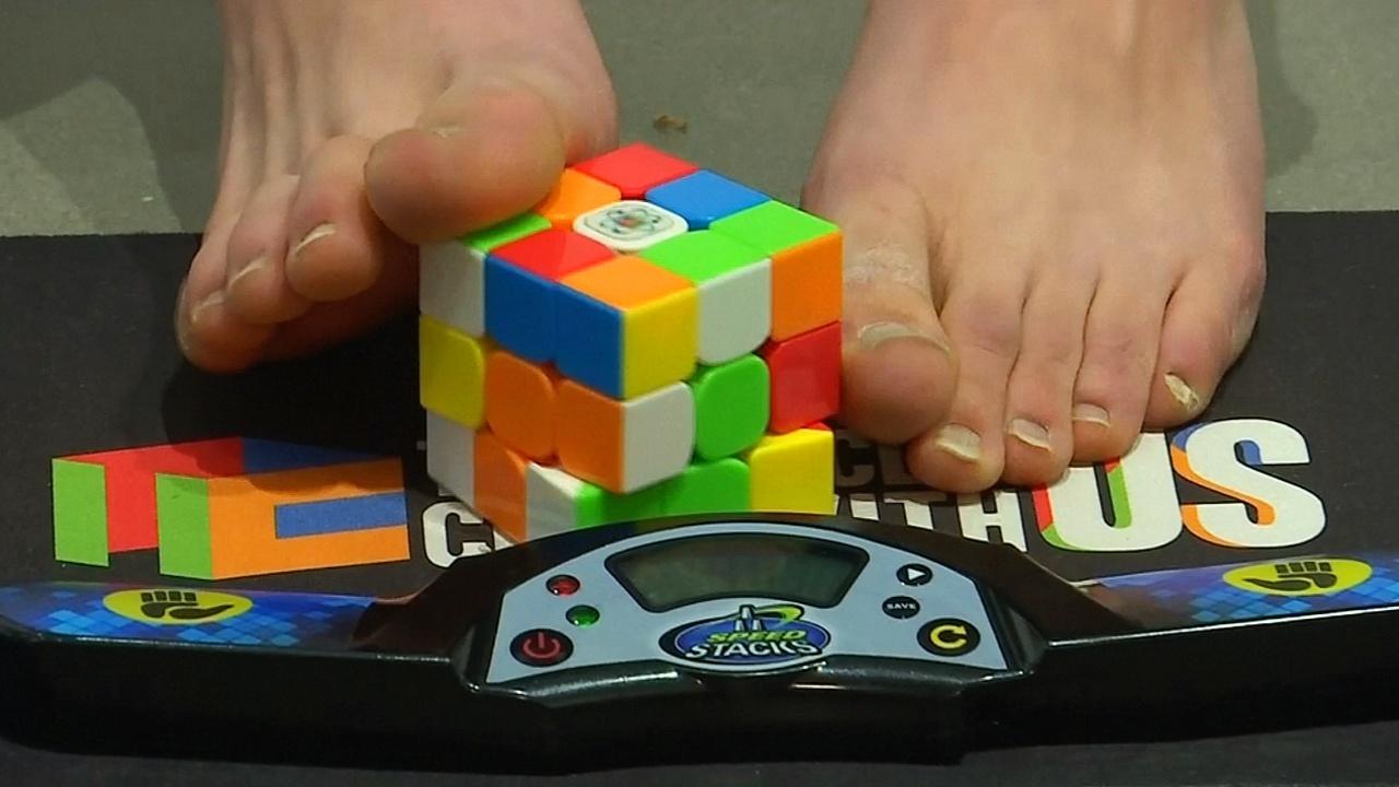Рекордсмен-подросток показал, как собирает кубик Рубика ногами
