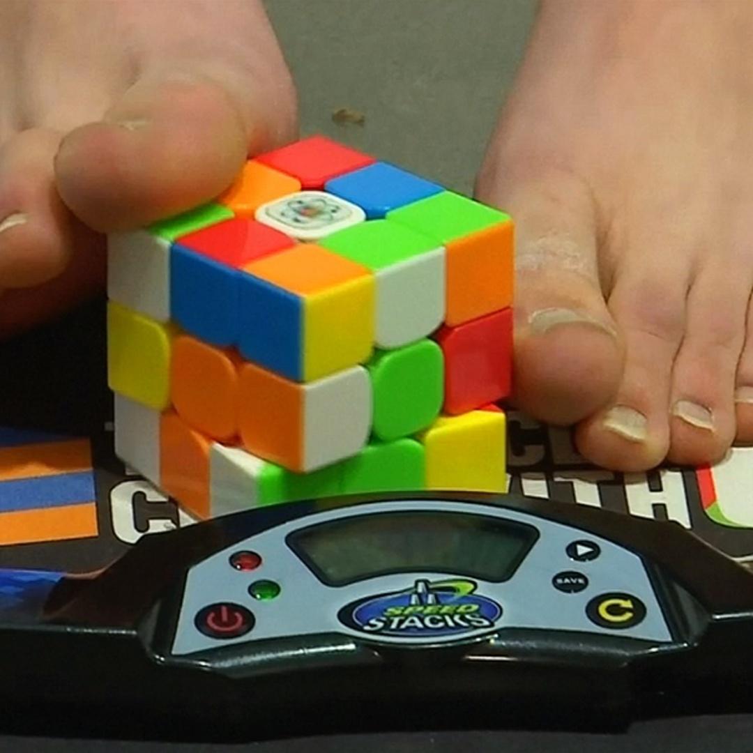 Студент собирает кубик Рубика ногами за 16 секунд