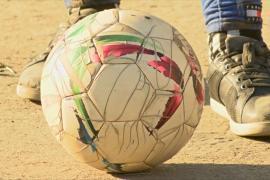 Танзанийка виртуозно жонглирует футбольным мячом