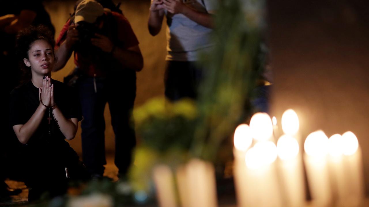 В бразильской школе помянули застреленных учеников и учителей