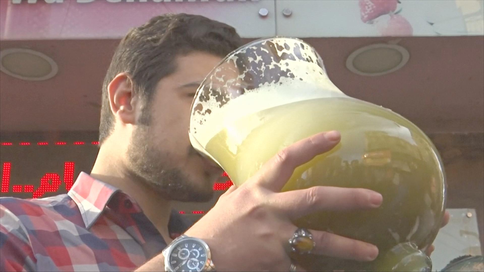 Египетский магазин предлагает за награду выпить гигантский бокал сока