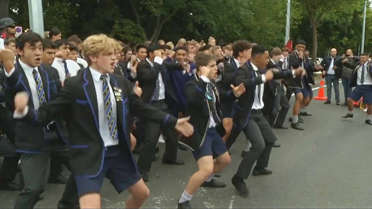 Студенты помянули жертв стрельбы в Крайстчёрче танцем хака