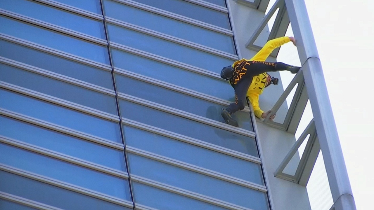 «Человек-паук» покорил небоскрёб ради спасения Собора Парижской Богоматери