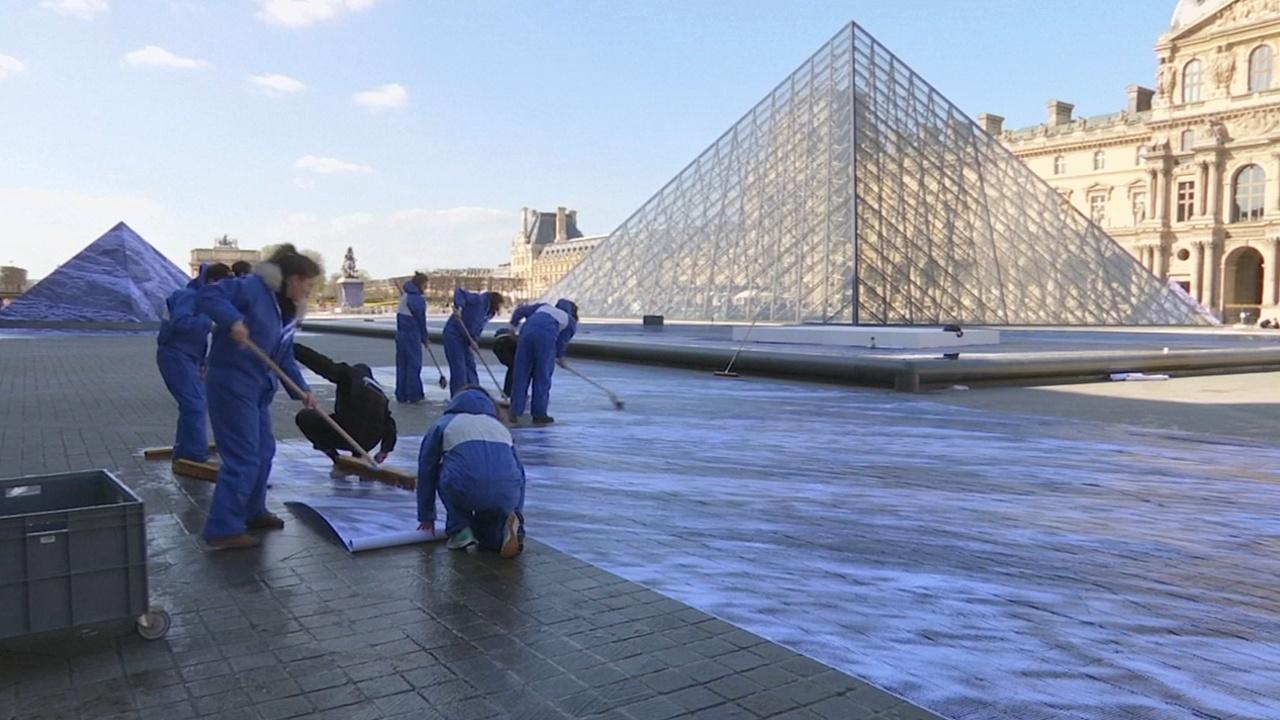 Инсталляция уличного художника преобразит пирамиду Лувра