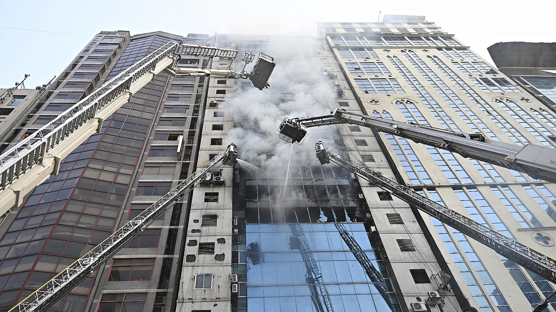 Число жертв пожара в офисном здании в Дакке возросло до 19