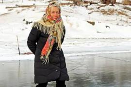 Бабушка мчится по льду Байкала на коньках, которым 76 лет