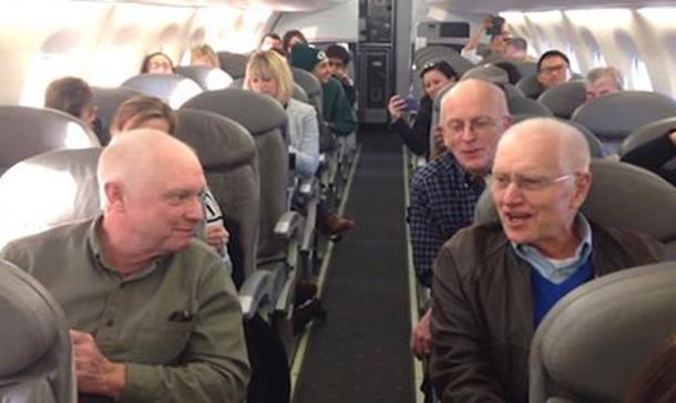 Голосистые пенсионеры пять часов поддерживали пассажиров застрявшего самолёта