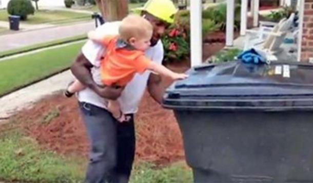 Годовалый малыш помогает уборщику делать ему свою работу