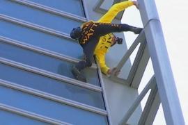 «Человек-паук» забрался на небоскрёб ради Собора Парижской Богоматери