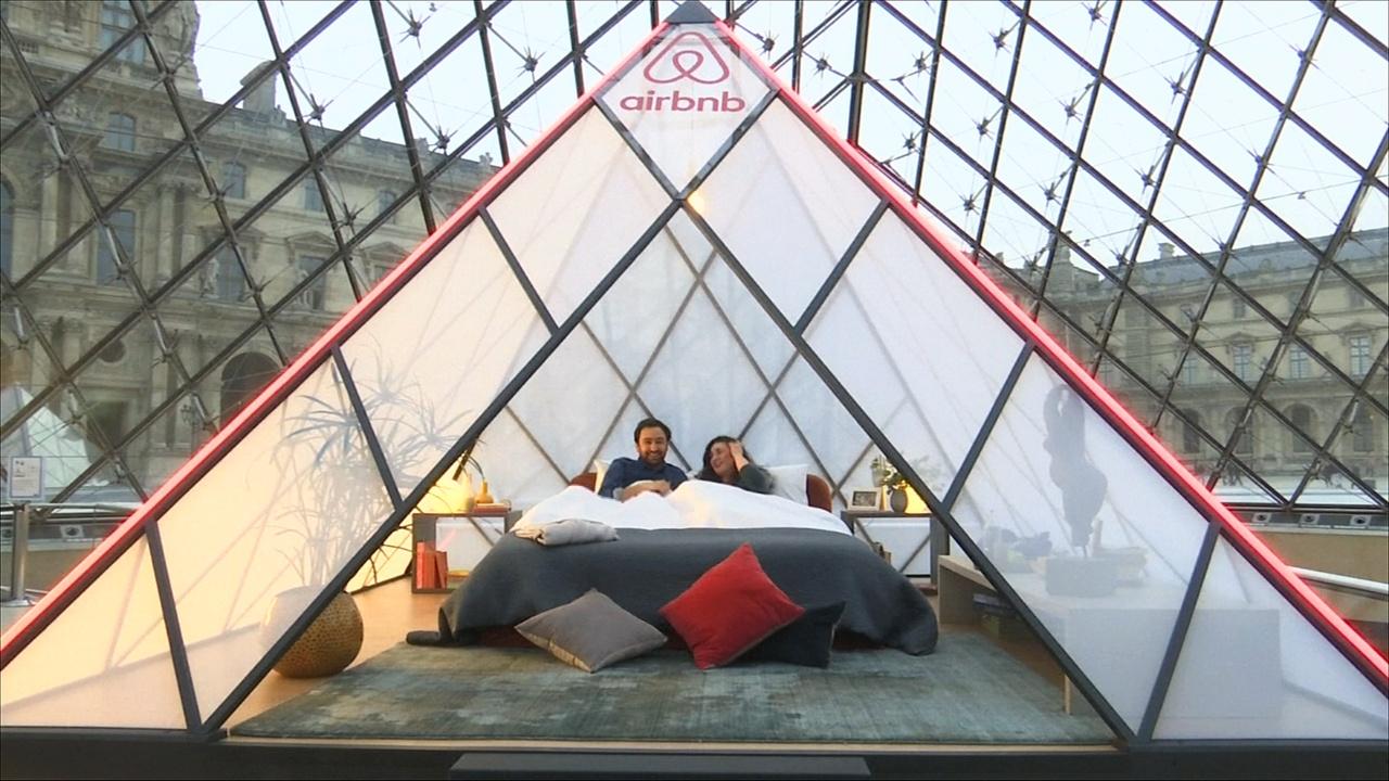 Поужинать и переночевать в Лувре предлагает сервис Airbnb