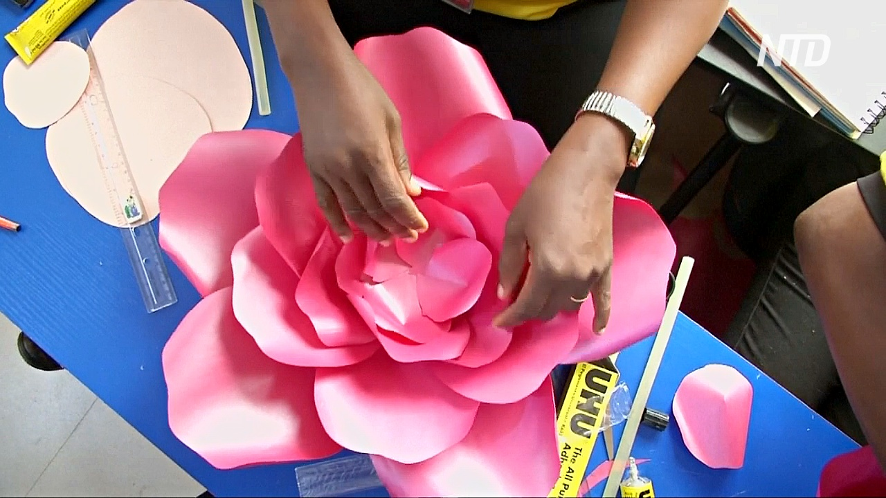 Нигерийка делает цветы из ненужной бумаги и учит этому других