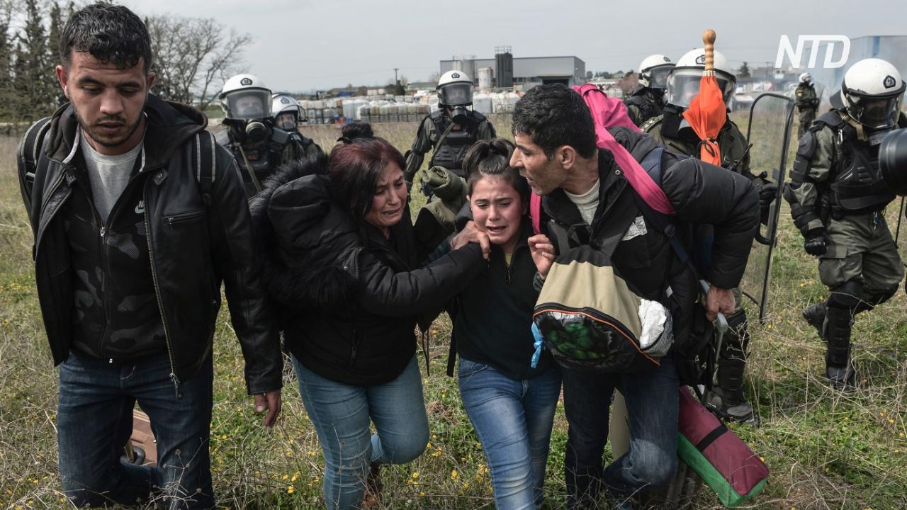 Мигранты возвращаются в лагерь после неудачной попытки прорваться через границу Греции