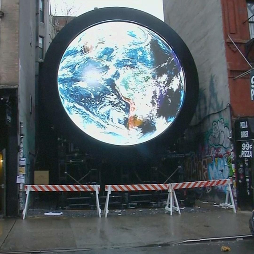 Вид Земли со спутника НАСА транслируют на улице Нью-Йорка