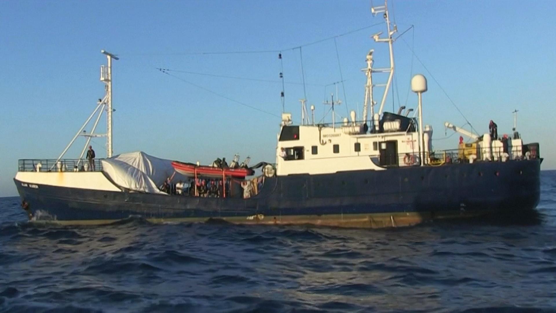 В Средиземном море более недели дрейфует судно с мигрантами