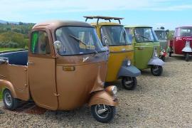Трёхколёсные мотороллеры Piaggio выехали на парад в Италии