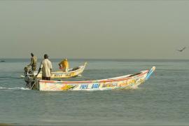 Сенегальские рыбаки расписывают лодки для хорошего улова