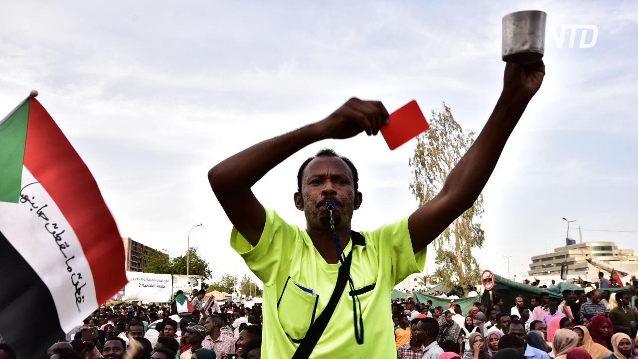 Суданцы протестуют и требуют от военных создать гражданское правительство