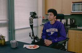 Инженеры в США «учат» робота кормить людей