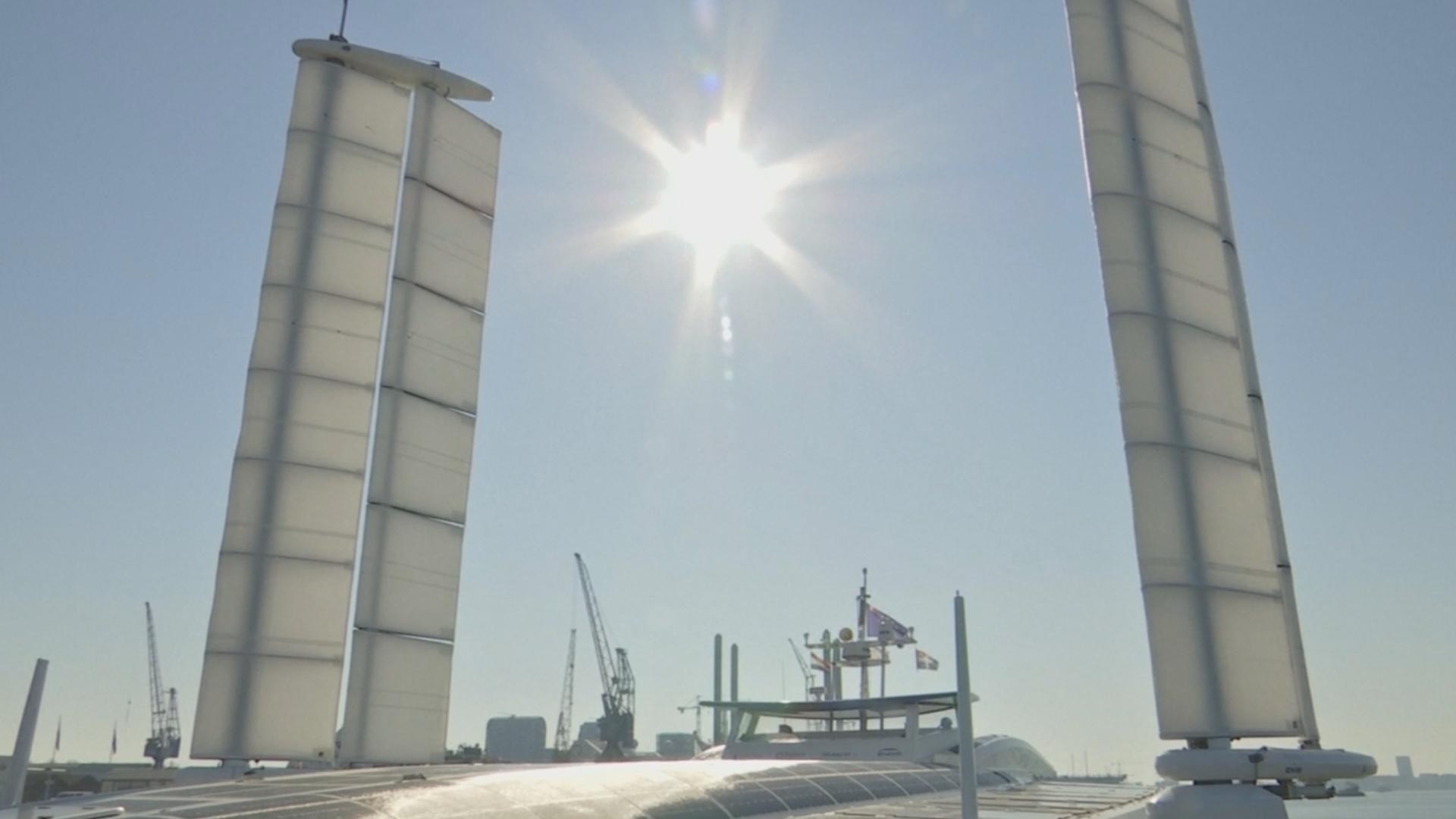 Катамаран, работающий на водороде, испытал ветродвигатели